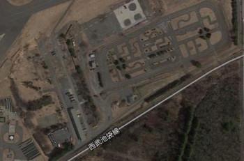 グーグルマップの画面キャプチャ、線路の上に、入間基地内の在りし日の実習コース?が見えます。