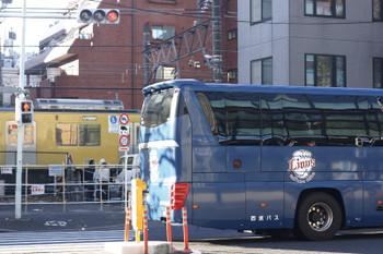 2015年12月19日、高田馬場~下落合、ライオンズバスと黄色い電車のすれ違い。