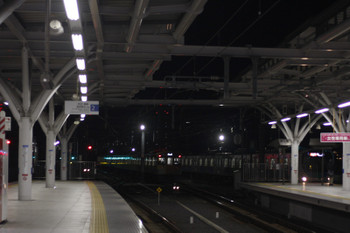 2015年12月22日 5時57分頃、石神井公園、3番ホームから6番線へ入る2077Fと、到着する38104F+32102Fの2102レ。。