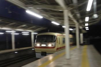 2016年1月10日 17時14分ころ、入間市、3番ホームを通過する10105F下り回送列車。