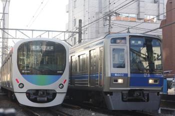 2016年1月28日、高田馬場~下落合、38109F+32103Fの4308レ(左)と6102Fの2307レ。