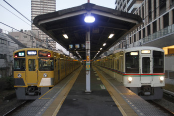 2016年1月31日、大泉学園、左が西武秩父ゆきの4107レ。右は4001F+4005Fの上り回送列車。