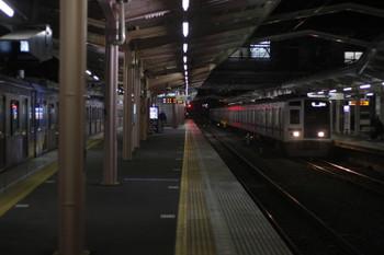 2016年2月5日 5時35分頃、清瀬、右が到着する6107Fの上り回送列車。左はY511F。