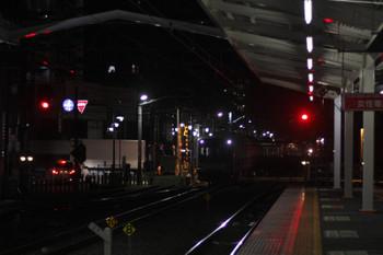 2016年2月18日 5時34分頃、清瀬、引き上げ線から4番ホームへ戻る東急5175F。背後に6104Fの上り回送列車が見えます。
