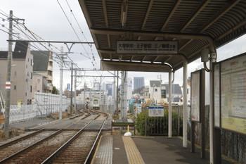 2016年2月21日、都電雑司ヶ谷、鬼子母神前から到着する三ノ輪橋ゆき。道路トンネル工事の仮線のためカクンと曲がっています。
