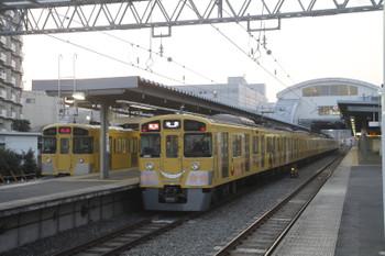 2016年2月28日、東長崎、通過する2069F(KORO)の2104レと発車を待つ2097Fの下り回送列車。