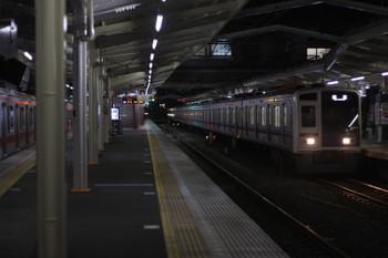 2016年3月3日 5時36分頃、清瀬、右が到着する6116Fの上り回送列車。正面の3番ホーム発車案内は先発が「通過」。この後、3000系2+8連の下り回送列車が通過。