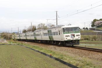 2016年4月8日、三島二日町~大場、JR185系の4025列車。