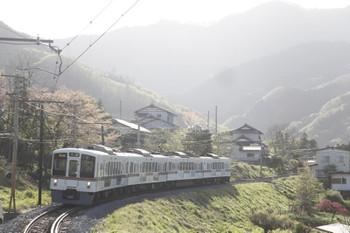2016年4月17日、白久、到着する4005FのS8列車。