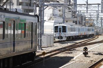 2016年4月29日 11時43分頃、石神井公園、発車した4009F下り列車。左に停車中は11時42分に到着した6151Fの各停 小手指ゆき。
