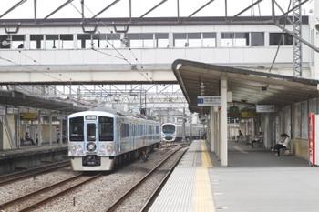 2016年5月3日、仏子、中線で休憩の4009F下り列車と発車した30104Fの2121レ。
