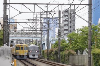 2016年5月6日、高田馬場~下落合、10106Fの4分ほど遅れの120レ。左は2505F+2015Fのほぼ定時