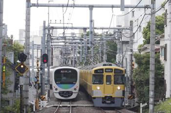 2016年5月11日、池袋~椎名町、2063Fの西武秩父ゆき5205レ(右)。