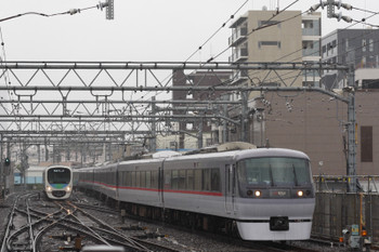 2016年5月17日、池袋、椎名町方電留線から特急ホームへ入る10000系と3・4番ホームに到着する1102レが並んでホームへ。