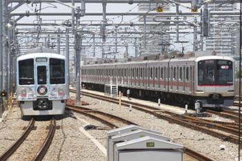 2016年6月18日 11時17分頃、石神井公園、左が4009Fの下り列車。右は8連の東急4105F。