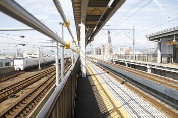 2016年7月11日、新福井、すぐ横をJRの下り特急列車が通過。