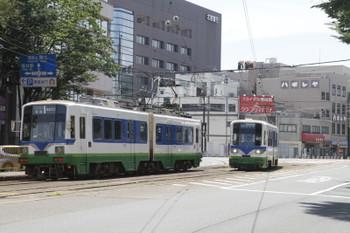 2016年7月11日 11時30分頃、市役所前駅、左が774ほかの普通 越前武生ゆき、右が福井駅から戻って来た880ほかの普通 田原町ゆき(非ワンマン)。