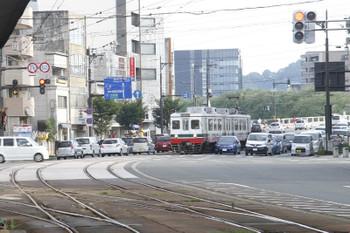 2016年7月11日 17時25分頃、市役所前、市役所前駅手前の交差点で信号待ちの610形2両編成の急行 田原町ゆき。