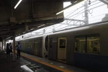2016年8月22日 15時頃、稲荷山公園駅、休憩所として開放された32015F(手前)と立ち入り禁止の38109Fと談笑する女子高生と強い雨。