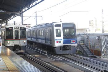 2016年7月30日 7時1分ころ、池袋、電留線に入った6117Fと7番ホームへ到着するクハ4008ほかの上り回送列車。