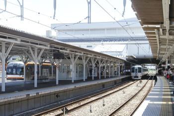 2016年7月30日、所沢、4番ホームで発車を待つ4009F(西武鉄道本社前あたり?)と発車したメトロ10003Fの1805レ。
