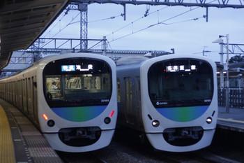 2016年8月2日、西所沢、3102レの30104Fと5103レの30104F、新型前照灯同士のすれ違い。