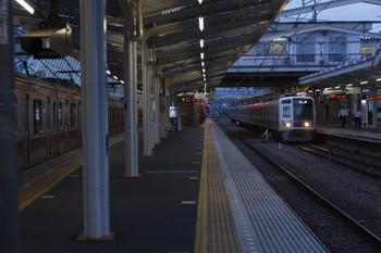 2016年9月7日 5時35分頃、清瀬、2番ホームへ到着する6155Fの上り回送列車。左はまだパンタグラフが上がっている4番ホームの東急5163F。