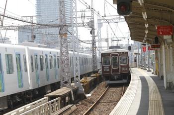 2016年9月9日 13時13分頃、春日野道、甲種車両輸送中の西武40000系と阪急電車。