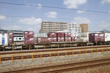2016年9月9日11時ころ、神戸貨物ターミナル駅、鷹取駅ホームから撮影、コンテナホームの向こうの上り線側に西武40000系の大きな側窓が見えました。