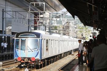 2016年9月9日 16時30分頃、京都、0番ホームの横を通過する西武40000系甲種輸送列車。駅員さんも増員。
