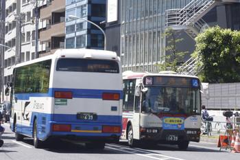 2016年8月19日、高田馬場~下落合駅間横の新目白通り、「関東」同士のすれ違い。