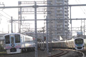 2016年10月16日 6時50分頃、狭山ヶ丘、4009F(52席)の上り回送列車(左)と夜間滞泊した30101F(ハロウィン)。
