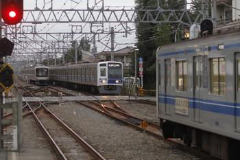 2016年10月22日、清瀬、奥から東急5000系・6114Fの6508レ・6158Fの6702レ。