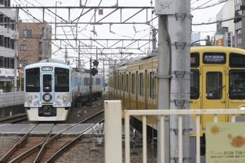 2016年8月13日 10時13分頃、田無、中線から新宿方へ発車した4009F上り回送列車と2059Fの西武遊園地ゆき急行2553レ。