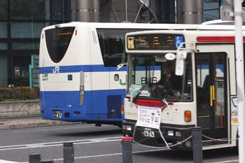 2016年11月2日、高田馬場駅近くの新目白通り、関東バスとJRバス関東の2回目のすれ違い。