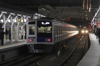 2016年11月4日 17時27分、所沢、左が4番ホームから発車した6113Fの下り回送(06M)、右が電留線から3番ホームに入る20153Fの上り回送。