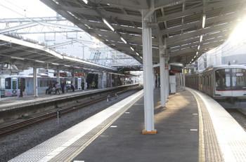2016年11月3日、清瀬、1番ホームを通過する4009F上り回送列車と4番ホームで夜を明かした東急5122F。
