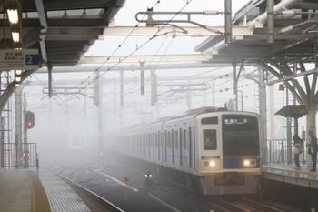 2016年11月20日 午前7時7分頃、石神井公園、霧の中 3番ホームへ到着の4102レ。奥の6番線に東急5165Fが霧で霞んで見えます。