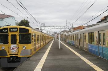 2016年11月23日、下山口、車体広告でライオンズ電車となった9106Fの6140レ(左)と38105F(おーいお茶)の5351レ。