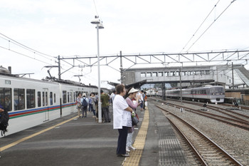 2016年9月25日15時20分頃、西武秩父、3番ホームに停車中の「回送」の4003F+4011Fとホーム上で待つ追い出された乗客。