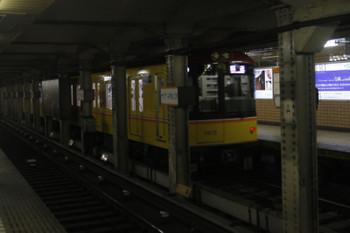 2016年11月19日 11時55分頃、青山一丁目、1013ほかの表参道ゆき逆方向運転の回送列車。