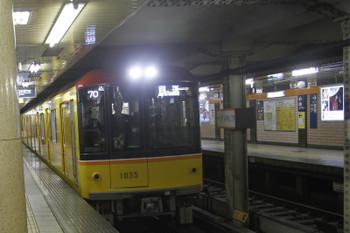 2016年11月19日 11時56分頃、青山一丁目、1035ほかの逆方向運転の右側通行で到着する回送列車。