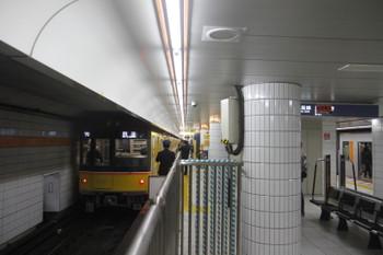 2016年11月19日 11時29分頃、表参道、1135ほかの青山一丁目ゆき逆方向運転の回送列車。