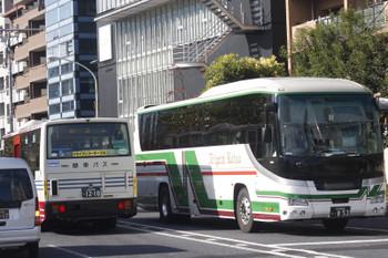2016年11月29日 12時23分頃、高田馬場駅近くの新目白通り、関東バス(左)と新潟交通のバスのすれ違い。
