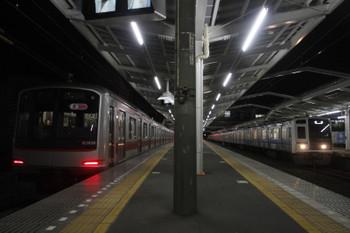 2016年12月8日 5時36分頃、清瀬、4番ホームで電源オンの東急5156Fと2番ホームへ到着する6114F上り回送列車。