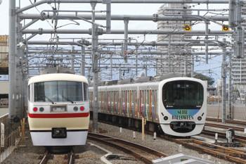 2016年10月29日 12時46分頃、石神井公園、6番線で折り返しを待つ30101Fと1番ホームを通過した10105F下りの2本の臨時列車。