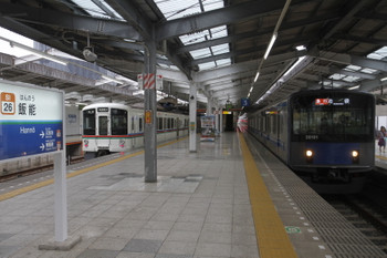2016年10月1日 15時9分頃、飯能、4番ホームで発車を待つ4011Fの5037レと2・3番ホームへ到着する20101Fの2139レ。