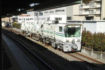 2016年12月17日、東長崎、手前からレール削正車・ユンボ2台・モーターカー。