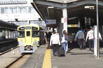 2016年11月6日 8時56分頃、西所沢、大勢の乗り換え客を迎える2501Fの6121レ。