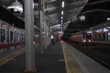 2016年12月22日 5時36分頃、清瀬、4番ホームの東急5168F(左)と、2番ホームへ到着する6114Fの上り回送列車。